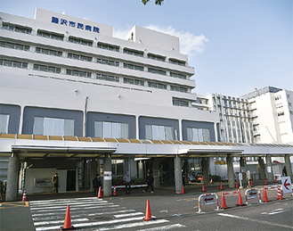 正面玄関の外構工事が進む市民病院。施設の完成は7月を予定している