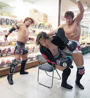 営業時間内の店舗で、プロレス技を決めるレスラーたち