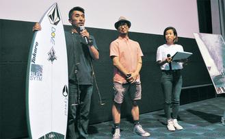 清野監督(中央)とともに舞台あいさつする脇田さん(左)