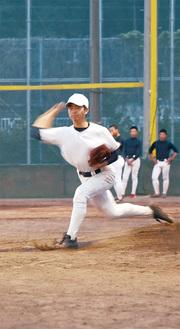小笠原智一(3年)/右投手。4月に横浜高校を相手に初登板初先発を果たす。極端にインステップする投法が、県大会のカギを握る