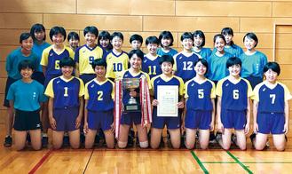 優勝した藤ヶ岡中女子バレー部メンバーら