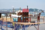 ビーチに木製遊具