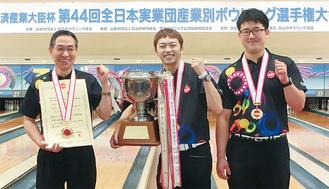 大会連覇を達成した日本精工の(左から)村上さん、斎藤さん、小西さん
