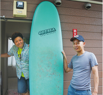 発案者の川端さん(右)と道具を提供する中村さん