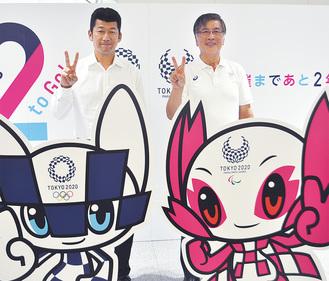 鈴木市長と「大会まであと2年」とPRする三浦大輔さん(左)