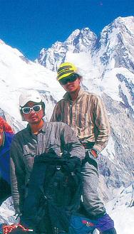 1997年に神奈川ヒマラヤ登山隊としてスキルブルムに登頂した鎌田さん(左)と谷口さん