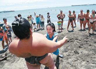 清掃活動後、砂浜で現役力士に挑戦する子どもら