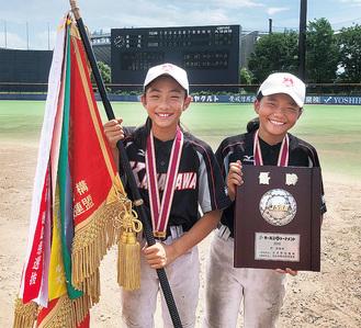 優勝旗を持ち、笑顔の加藤さん(左)と今福さん