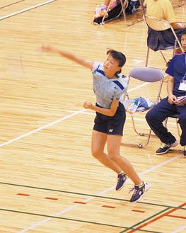 8月の関東大会でスマッシュを放つ田中さん(滝の沢中提供)