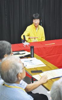 メンバーに落語を披露する辻亭小町さん(写真上=9日、稲荷のやすらぎ荘)
