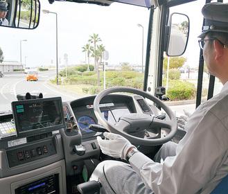 自動運転中は運転手がハンドルに手を触れないで走行