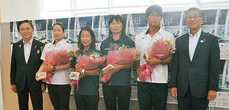 大会を前に黒岩知事や鈴木市長から激励を受けた(写真左2番目から)土居、吉田、吉岡、八山選手(=6日、江の島ヨットハーバー)