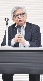 講演する保阪氏