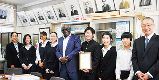 ギニア大使と鵠沼中生徒ら