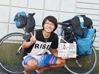 達成後、自宅前で記念撮影する堀さん(本人提供)
