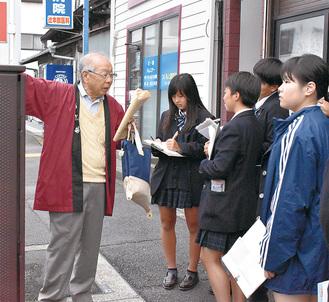 解説を真剣に聞く藤沢清流高校の生徒