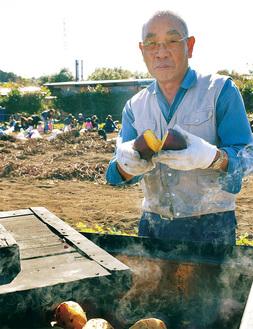 出来立ての焼き芋を手にする櫻井さん