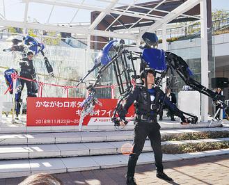式典で披露された外骨格ロボット「スケルトニクス」(=23日、テラスモール湘南)