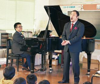 演奏を披露する園田さん(左)と村上さん