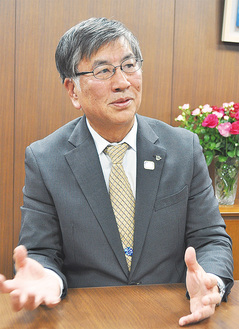 インタビューに応じる鈴木市長