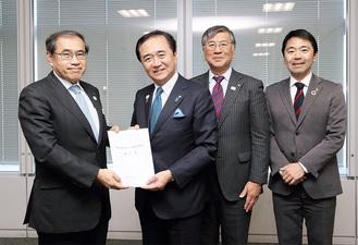 黒岩知事(左から2番目)から要望書を受け取るJR東日本の深澤社長(左)