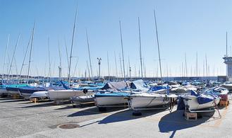 小型ヨットが並ぶ湘南港