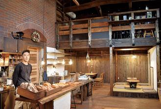 蔵でパンを提供する岩田さん