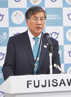 記者会見に臨む鈴木市長