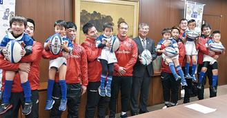 藤沢市役所を訪れた選手。子どもを抱っこする場面も