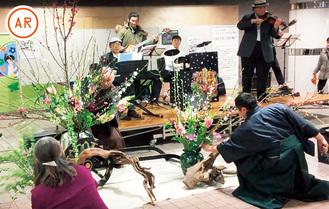 生演奏に合わせて華を活ける長田華鳳さん(左)と煌鳳さん