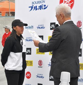 表彰される小川選手