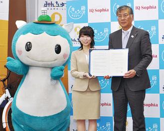 鈴木市長と協定書を交わす中野社長(左)