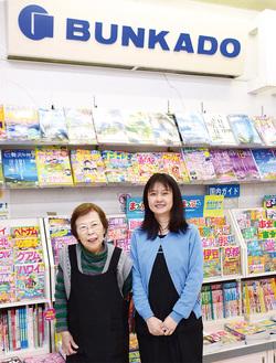 店頭に立つ岩崎光子さん(左)と圭子さん