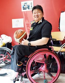 ピンクの車いすに乗る森本さん