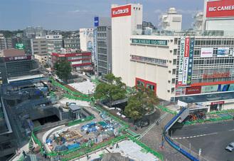 再整備が行われている藤沢駅北口ペデストリアンデッキ。年内の完成が予定されている