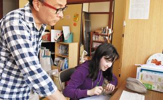 子どもに勉強を指導する原田さん