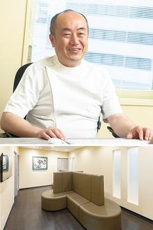 穏やかな表情で話を聞く原田院長=写真上。人と目を合わさずにすむプライバシーに配慮した待合室を用意