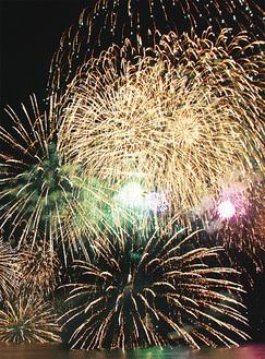 約3千発が夜空を彩るふじさわ江の島花火大会(写真は2016年)