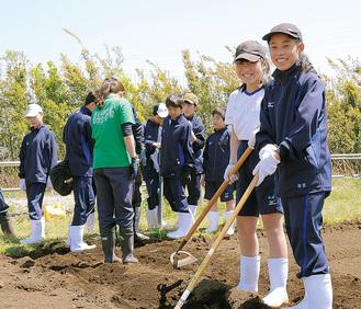 1年生では毎週、隣接する大学の農場で農業実習を行っている