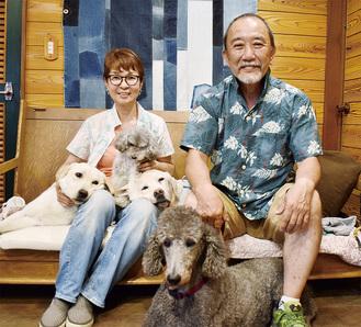 元介助犬のグレース(写真手前)と関水夫妻