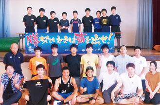 塚田さん(前列左から3番目)と見送ったクラブメンバーたち