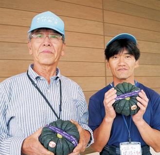鵠沼かぼちゃを紹介する山口さん(左)と関根さん