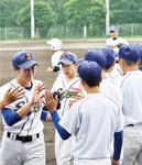5回を投げ切った三浦さん(左)。チームメイトがハイタッチで好投を労った