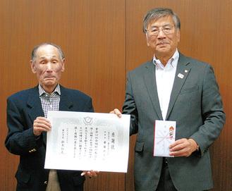 寄付金を受け取った鈴木市長(右)と日比市商連副理事長