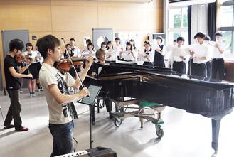 「TSUKEMEN」の演奏に合わせて息の合った歌声を披露する合唱部員ら