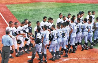 試合後、東海大相模の選手と握手を交わす湘南の選手ら(左)