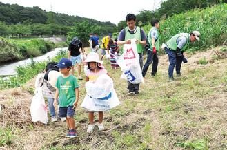ごみ袋を持って清掃に取り組む参加者