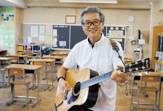 赴任中の羽鳥中学校の教室で軽やかにフォークギターを弾く津島さん