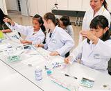 薬剤師を体験する子どもたち
