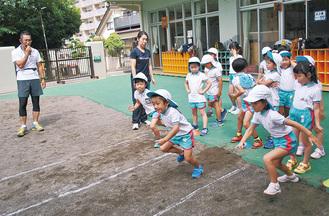 教わった走法で走る園児たち